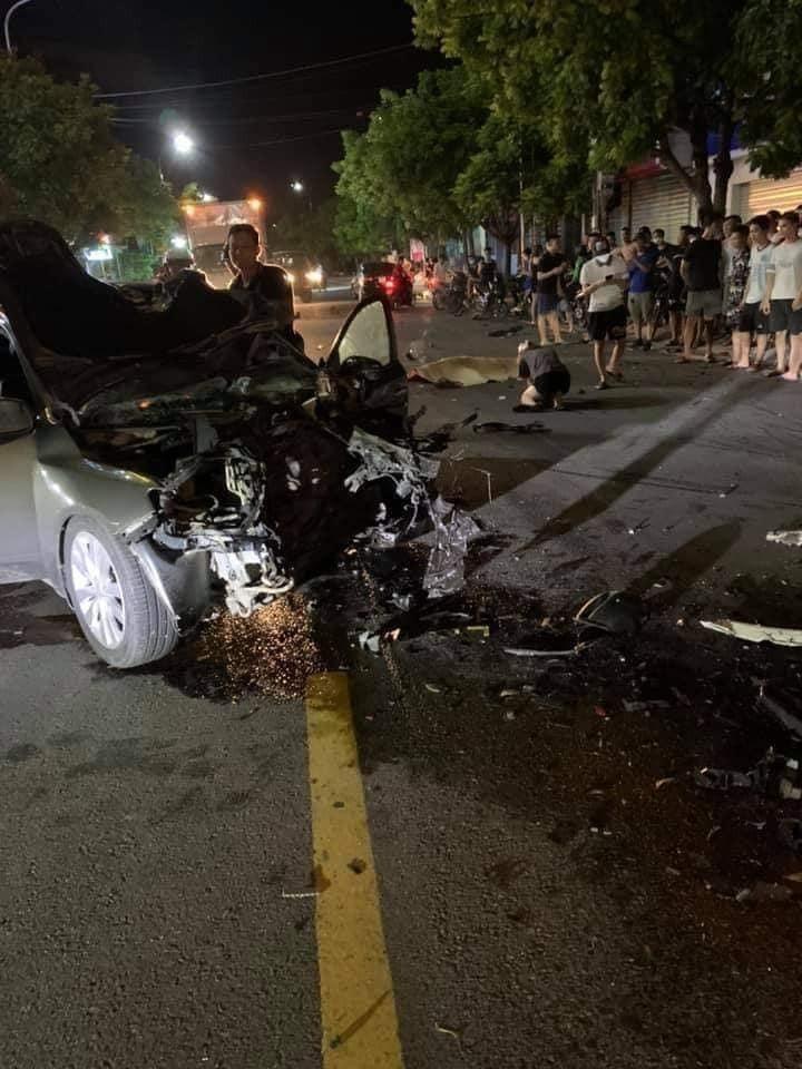 Mảnh vỡ của các phương tiện nằm vương vãi trên mặt đường