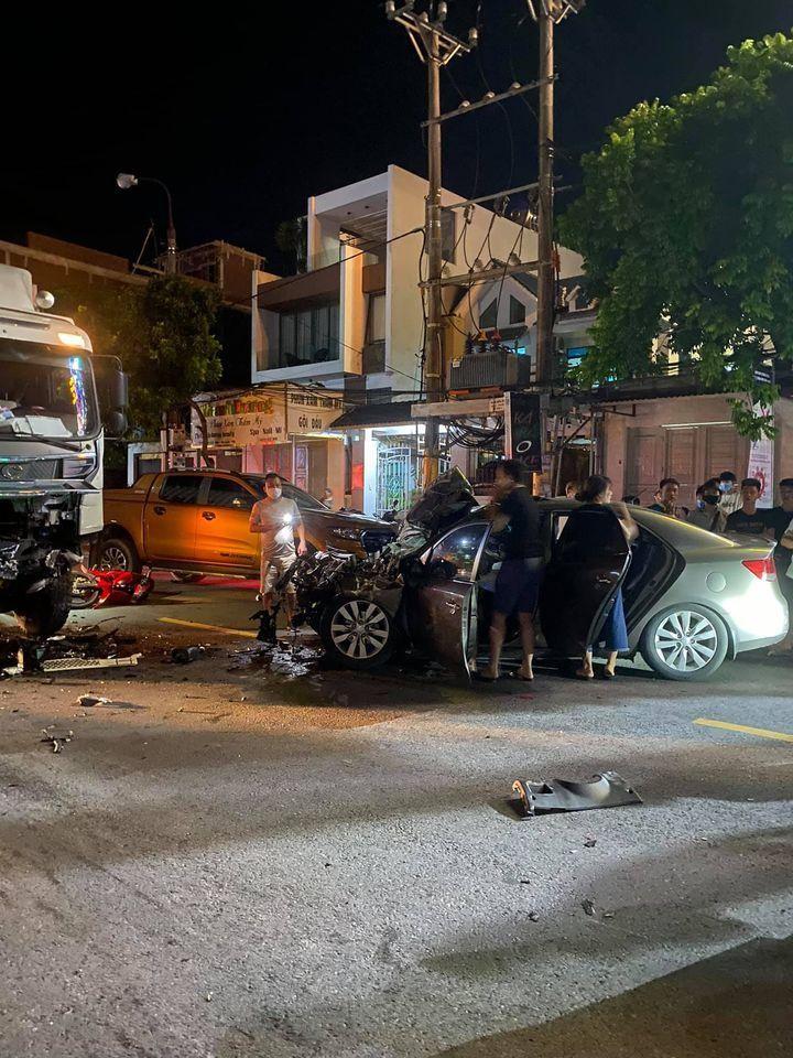 2 chiếc ô tô bị hư hỏng nặng đầu xe