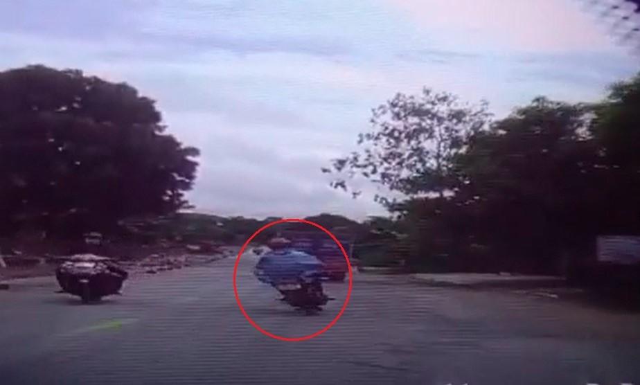 Người đàn ông mặc áo mưa, đi xe máy tử vong trong vụ tai nạn liên hoàn