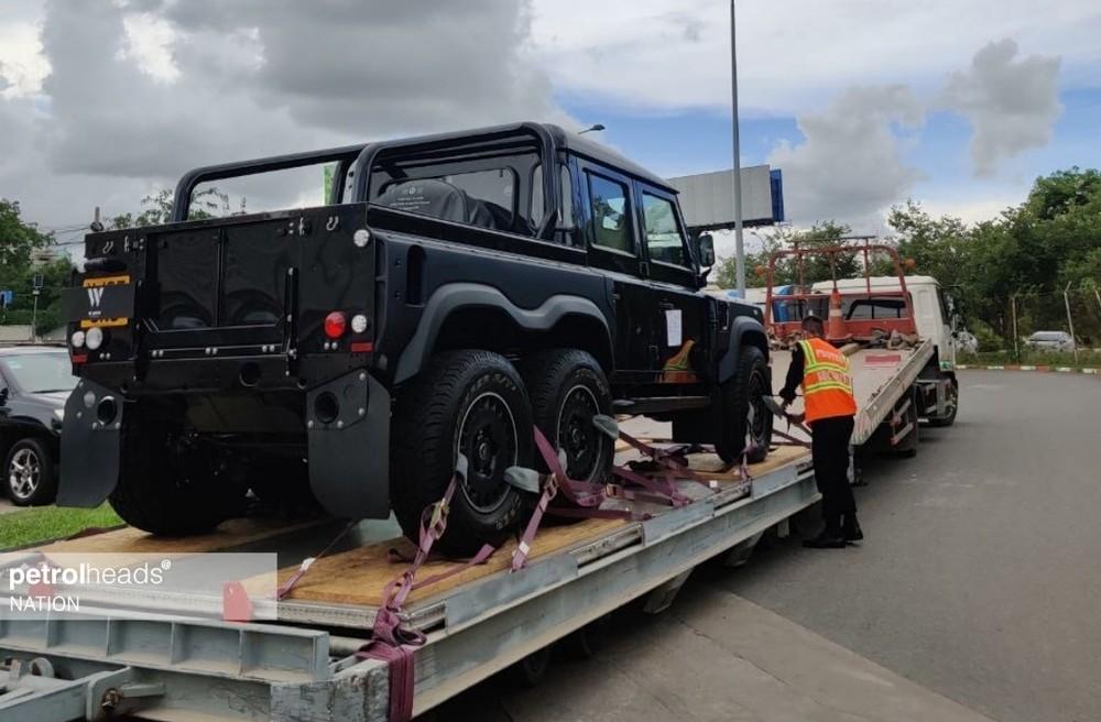 Hình ảnh chiếc xe Land Rover Defender Flying Huntsman 6x6 mới về đến Campuchia