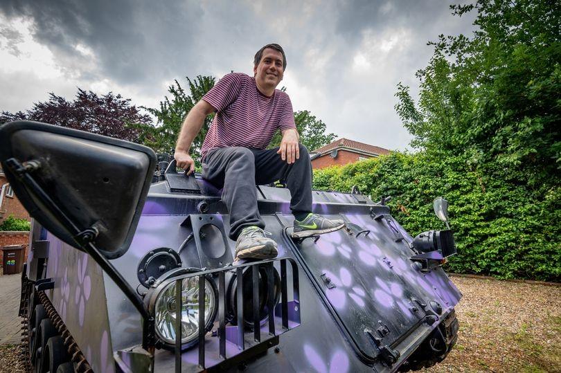 Merlin Batchelor và chiếc xe tăng trang trí hoa tím
