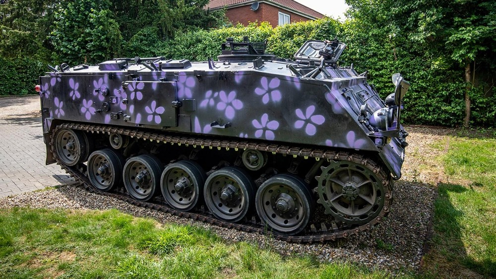 Merlin mua chiếc xe trên mạng và dùng nó làm phương tiện chở gia đình đi chơi