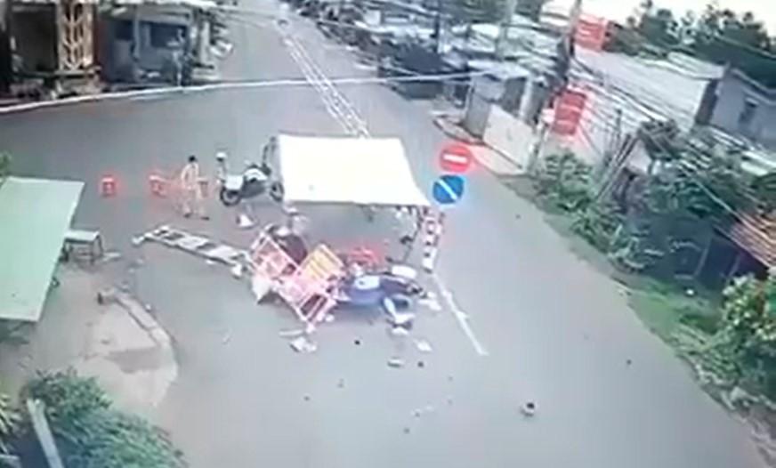 Đồ đạc trong chốt kiểm dịch bị húc văng sau vụ tai nạn