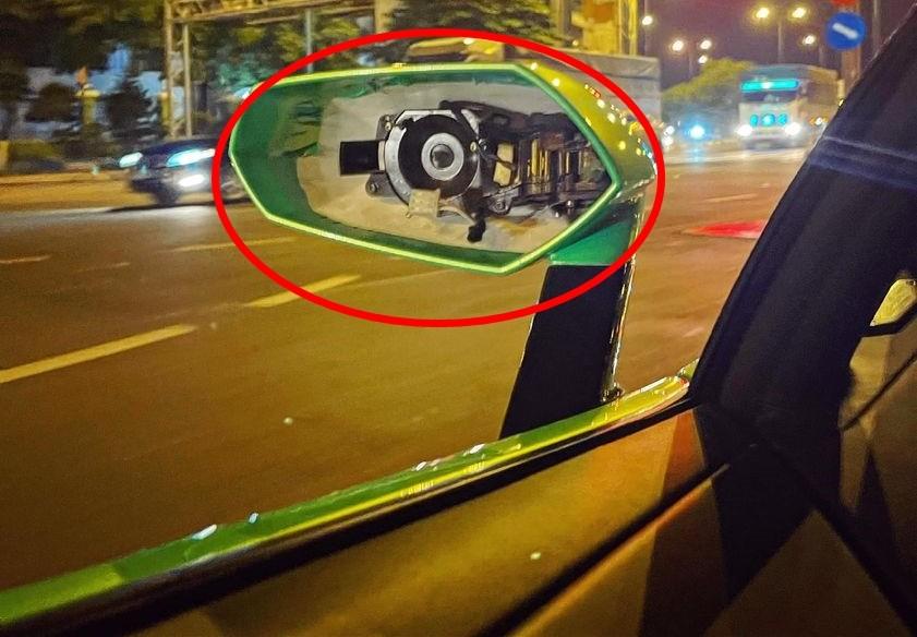 Phần mặt gương của siêu xe Lamborghini Aventador LP700-4 rmui trần bị kẻ gian lấy đi