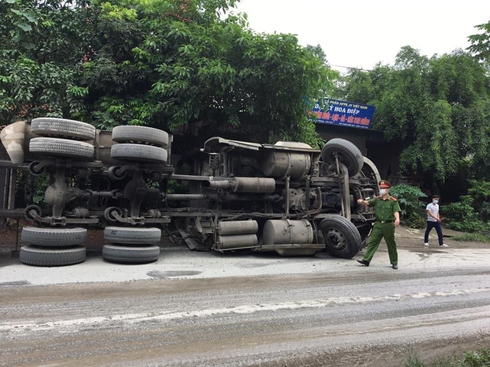 Chiếc xe container lật nghiêng bên đường