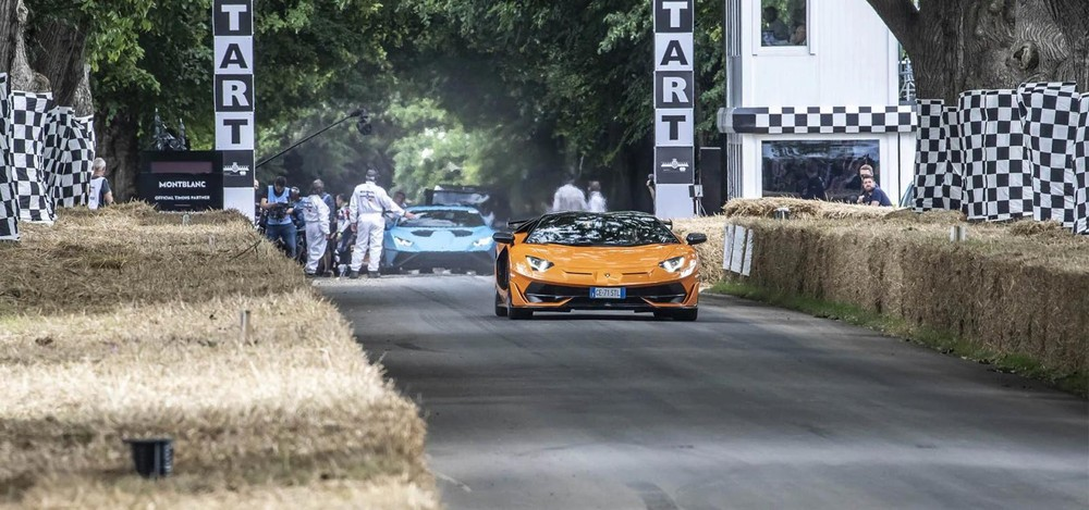 Lamborghini Aventador SVJ Roadster màu cam và phía sau là Lamborghini Huracan STO