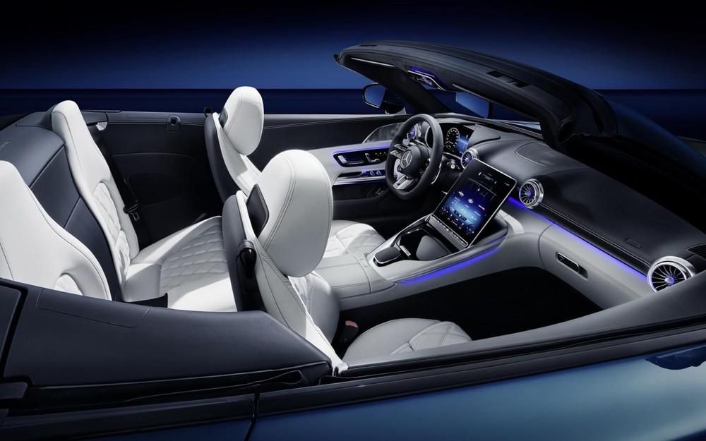 Hàng ghế sau của Mercedes-AMG SL 2022 phù hợp với trẻ em hơn cả