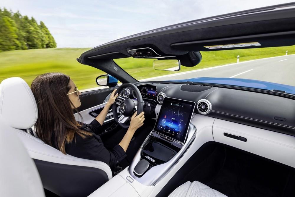 Xe dân chơi Mercedes-AMG SL 2022 được hé lộ nội thất
