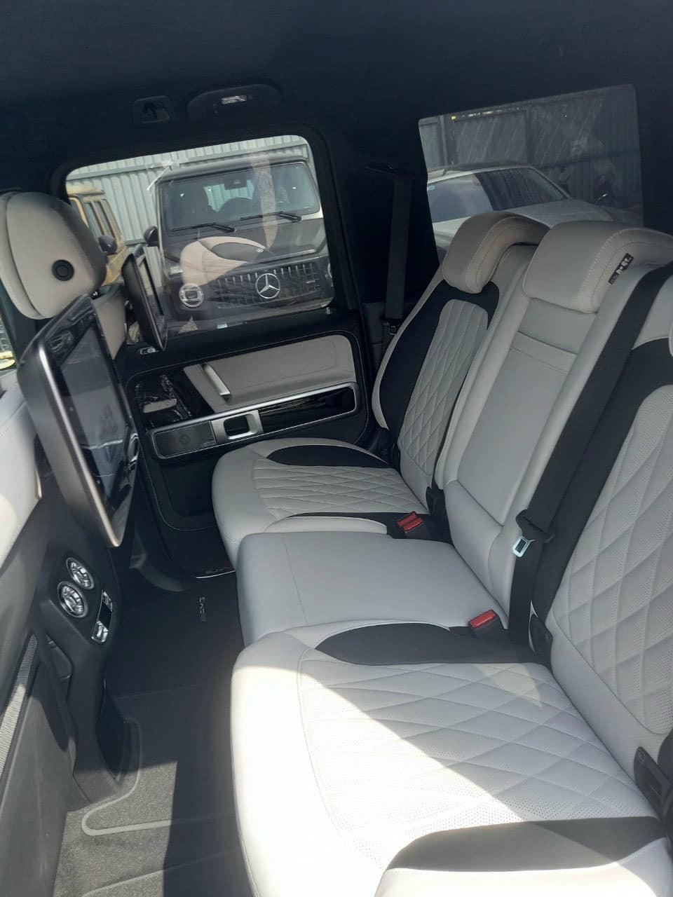 Hàng ghế sau của Mercedes-AMG G63 màu Rubellite Red
