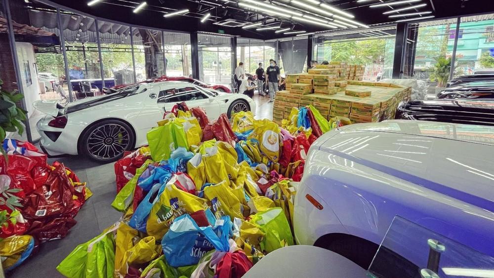 Các phần quà còn được chất xung quanh các siêu xe và xe siêu sang của Rolls-Royce. Tâm điểm bức ảnh này chính là Porsche 918 Spyder