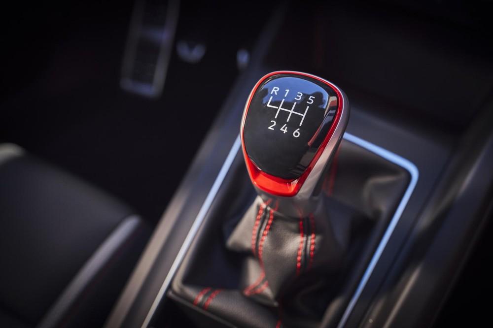 Cần số của hộp số sàn bên trong Volkswagen Golf GTI 2022