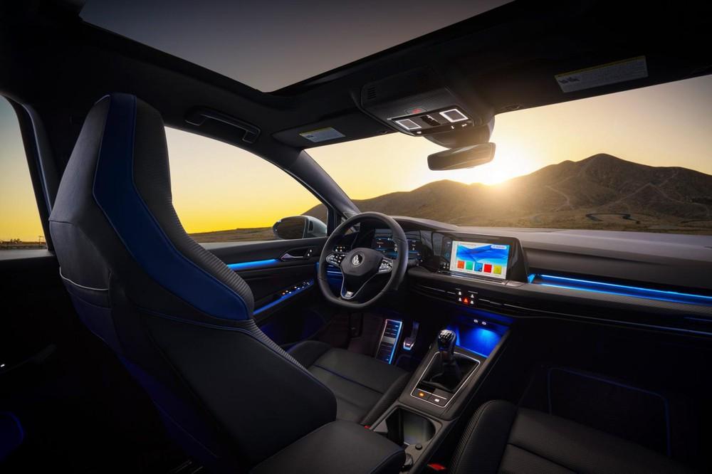 Nội thất của Volkswagen Golf R 2022 được bọc da Nappa