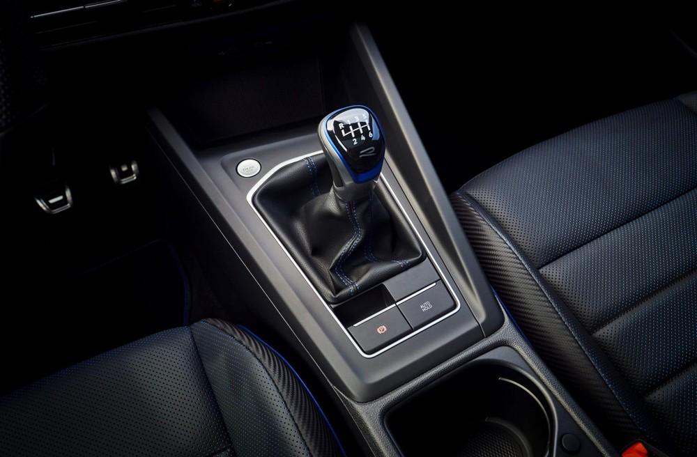 Volkswagen Golf R 2022 dùng hộp số sàn 6 cấp hoặc hộp số tự động ly hợp kép 7 cấp