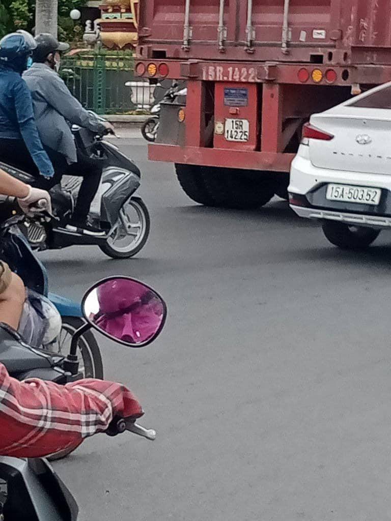 Chiếc xe container dừng cách xe máy của nạn nhân vài chục mét