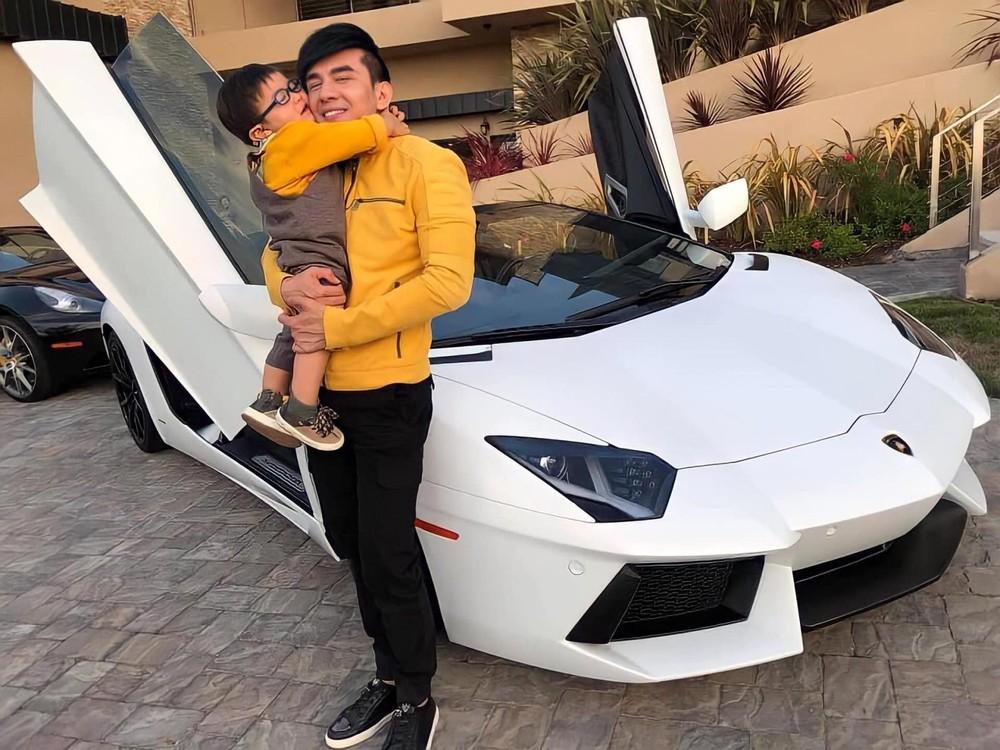 Đan Trường cùng con trai bên siêu xe Lamborghini Aventador mui trần