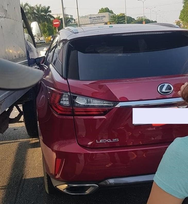Chiếc xe Lexus RX nhiều khả năng bị thiệt hại dàn áo bên hông