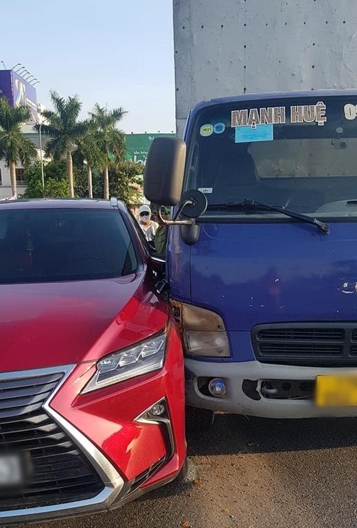 Hiện trường vụ xe Lexus RX xảy ra va chạm với xe tải gần vòng xuyến