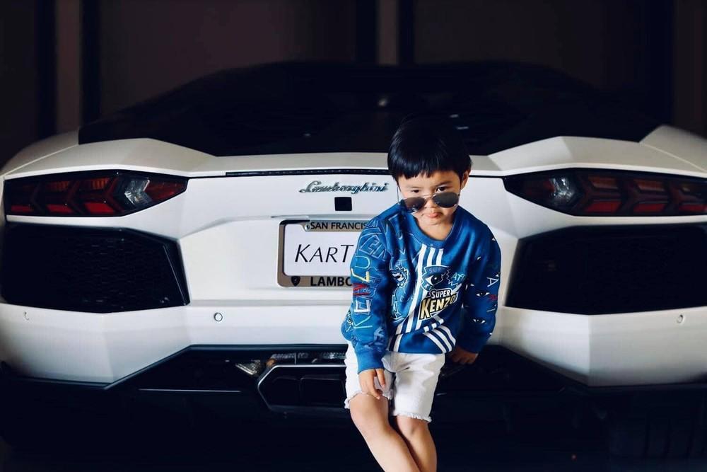 Cậu nhóc ngày nào giờ đã rất lãng tử khi chụp ảnh cùng siêu xe đắt đỏ