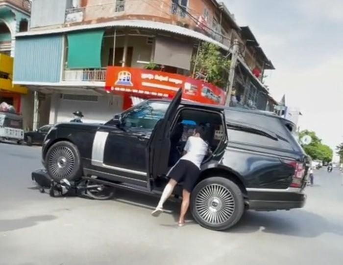 Hiện trường vụ tai nạn giữa xe Range Rover và xe máy