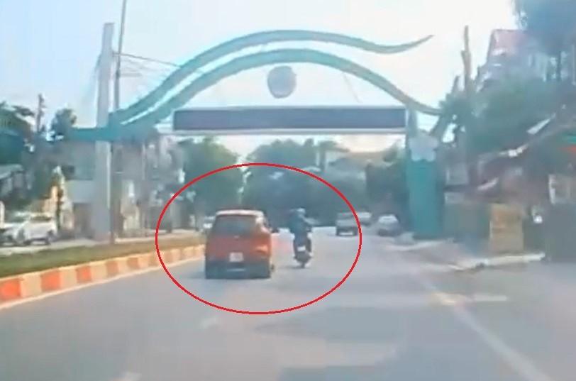 Chiếc ô tô Kia Morning vượt ẩu, va chạm với xe máy