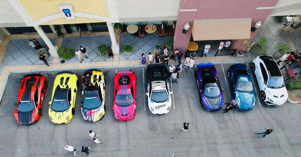 Từ trái sang là 3 chiếc Lamborghini Aventador với các phiên bản tiêu chuẩn, mui trần và Aventador SV Roadster, ngoài ra là Ferrari 458 Speciale, Lamborghini Aventador LP700-4 của Tyler Ngô, McLaren 765LT, Ferrari California hay Lamborghini Urus
