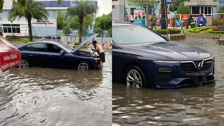 Khi mực nước lũ rút đi, 1 người đàn ông ra kiểm tra khoang máy xe VinFast Lux A2.0.