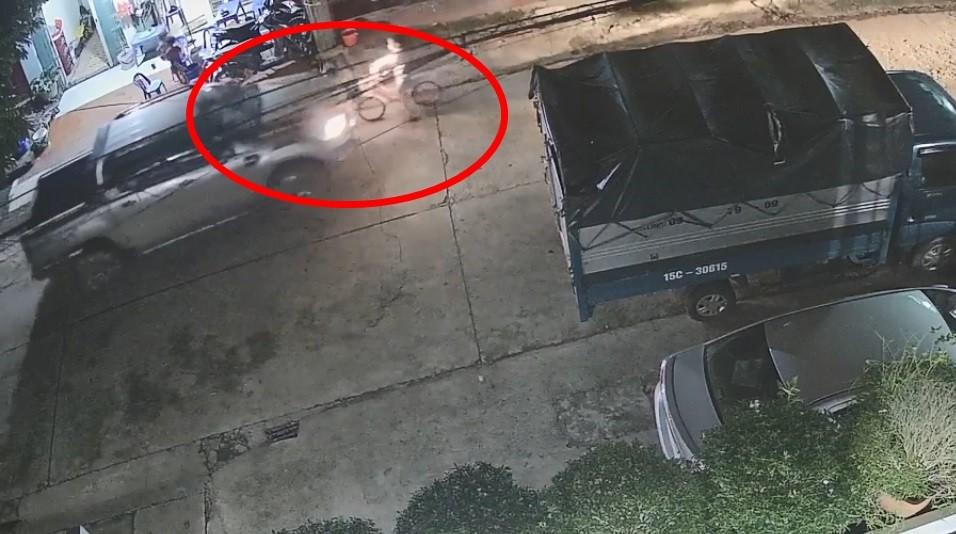 Ảnh chụp này cho thấy bé gái đã dừng xe đạp nhưng vẫn bị nữ tài xế tông trúng