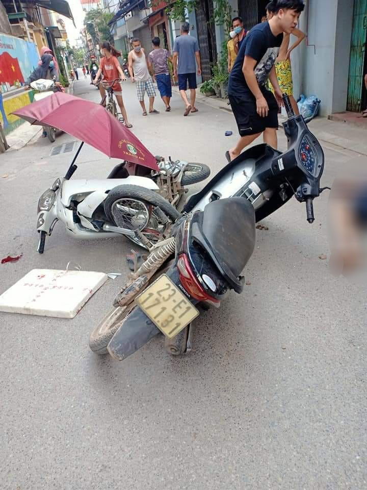 Hai chiếc xe máy bị hư hỏng sau vụ tai nạn