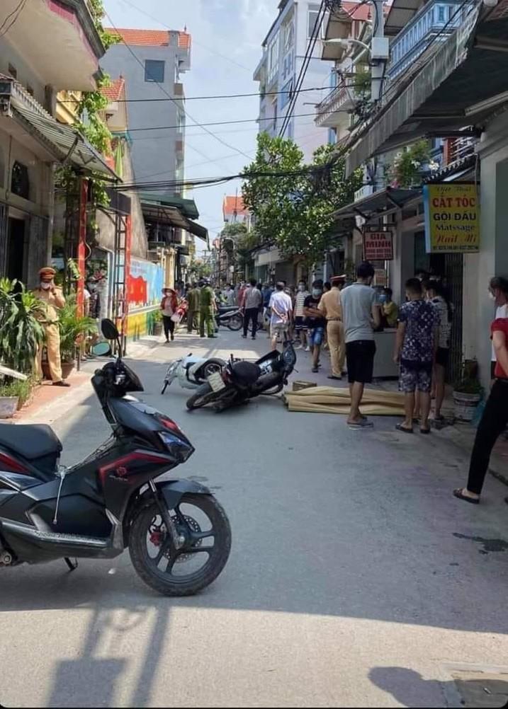 Lực lượng chức năng huyện Gia Lâm có mặt tại hiện trường vụ tai nạn
