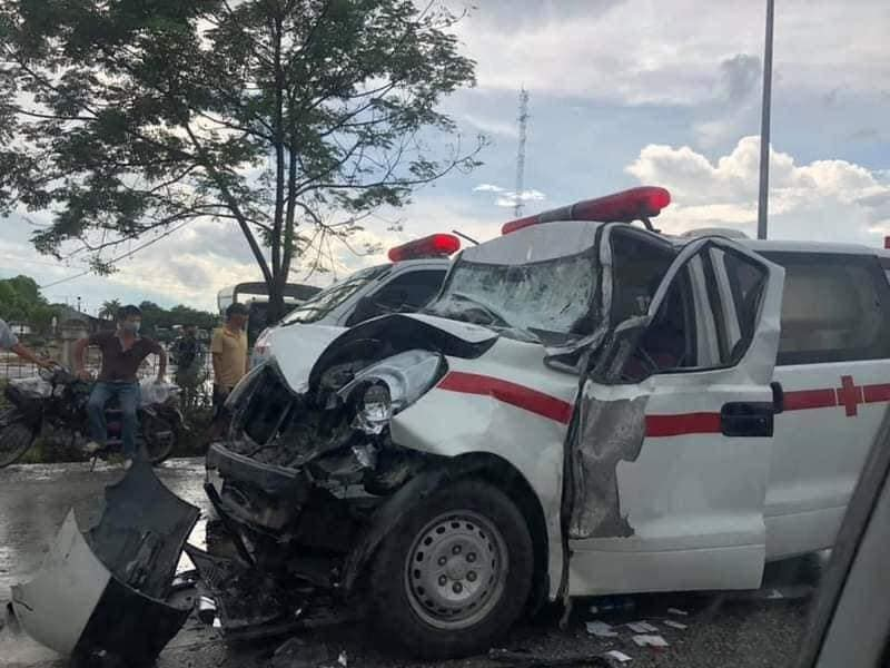 Xe cấp cứu bị hư hỏng nặng sau vụ tai nạn