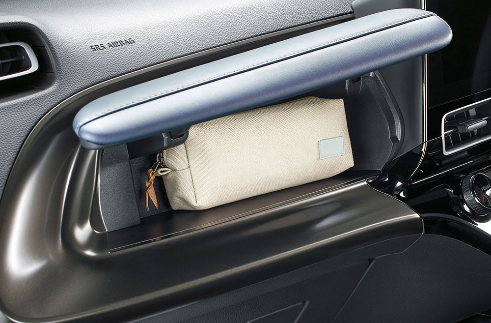Hộc đựng găng tay trên mặt táp-lô của Toyota Prius c 2021