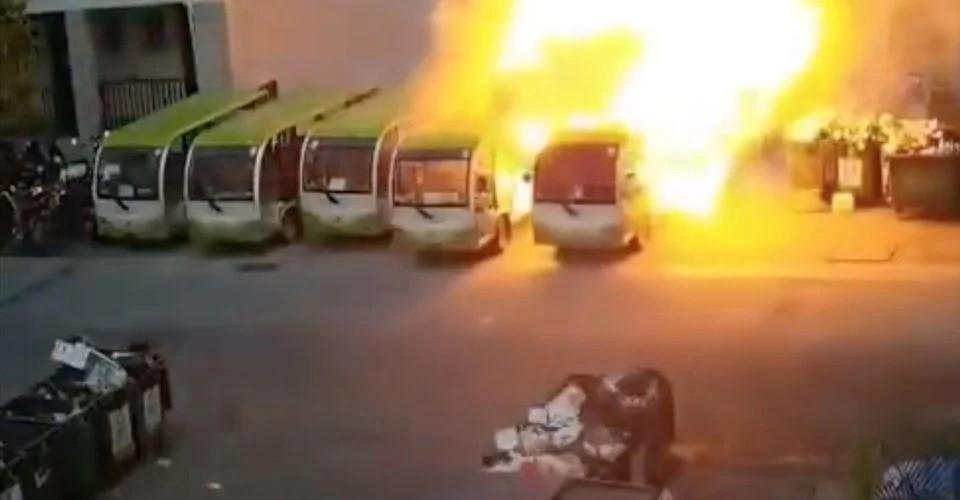 Chiếc xe buýt điện bốc cháy khi đang đỗ