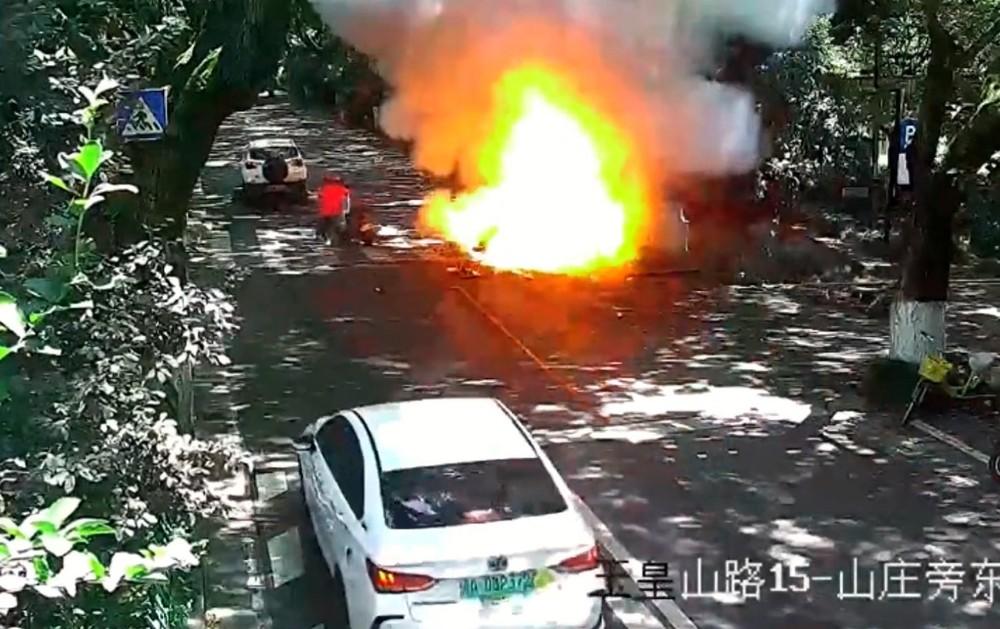 Chiếc xe máy điện đang lưu thông trên đường thì bất ngờ bốc cháy