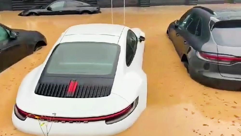 Gần chục chiếc xe sang Porsche bị ngập trong sân đại lý