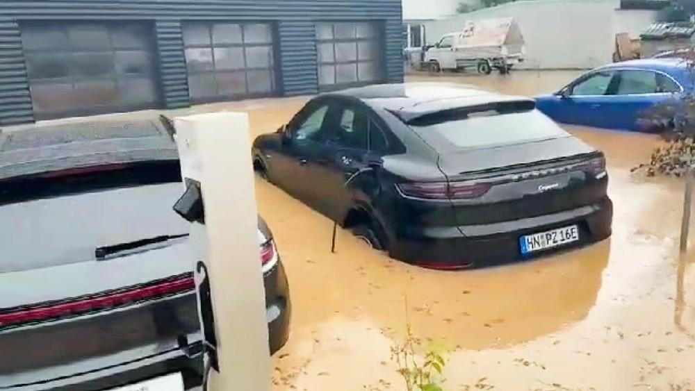 Chiếc SUV hạng sang Porsche Cayenne E-Hybrid vẫn còn đang cắm sạc điện