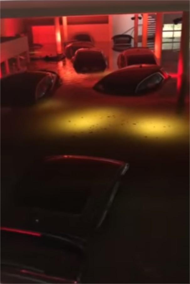 Những chiếc xe sang của đại lý Audi bị ngập sâu trong nước