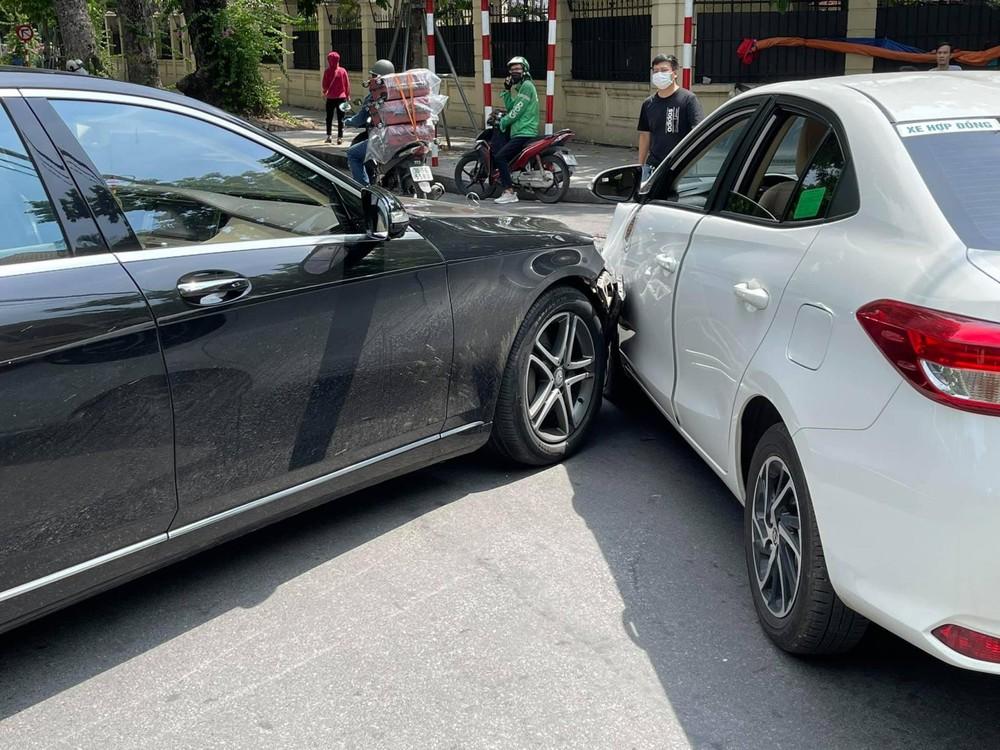 Hiện trường vụ va chạm của xe Toyota Vios cùng Mercedes-Benz S-Class