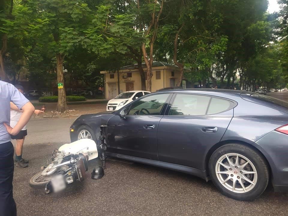 Chiếc xe Porsche hư hỏng khá nặng sau khi bị xe máy tông vào từ bên hông