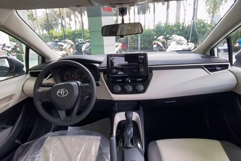 Nội thất của chiếc Toyota Corolla Altis 2021 mới xuất hiện tại đại lý khá cơ bản.