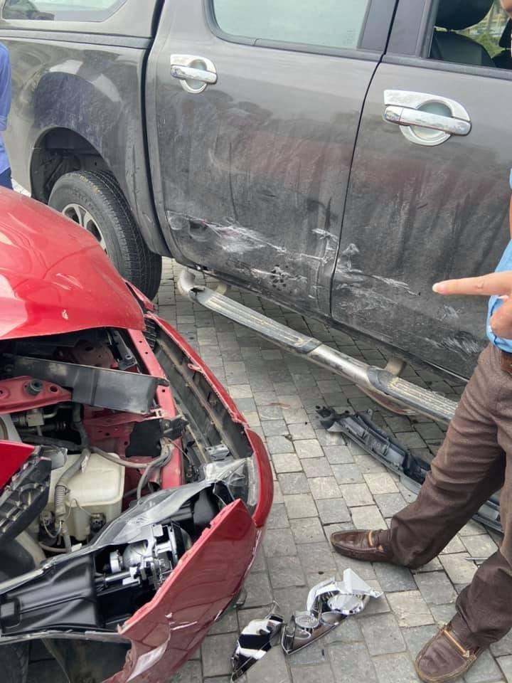 Trong khi chiếc xe Mazda BT-50 chỉ bị móp nhẹ bên hông xe