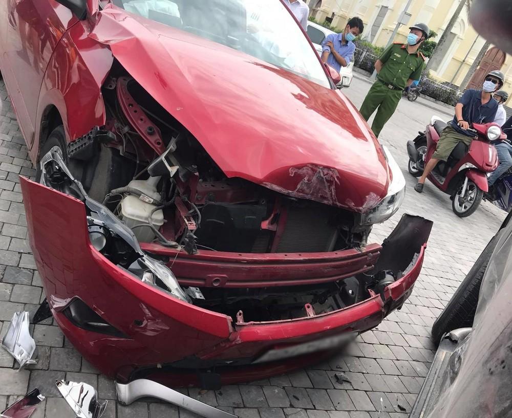 Phần đầu xe Toyota Yaris nát bét sau khi tông vào bên hông chiếc xe bán tải
