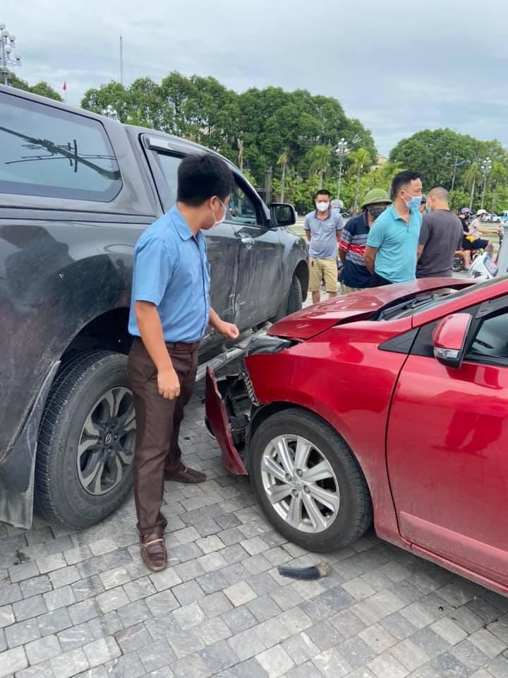 Vụ tai nạn thu hút nhiều sự chú ý của người đi đường