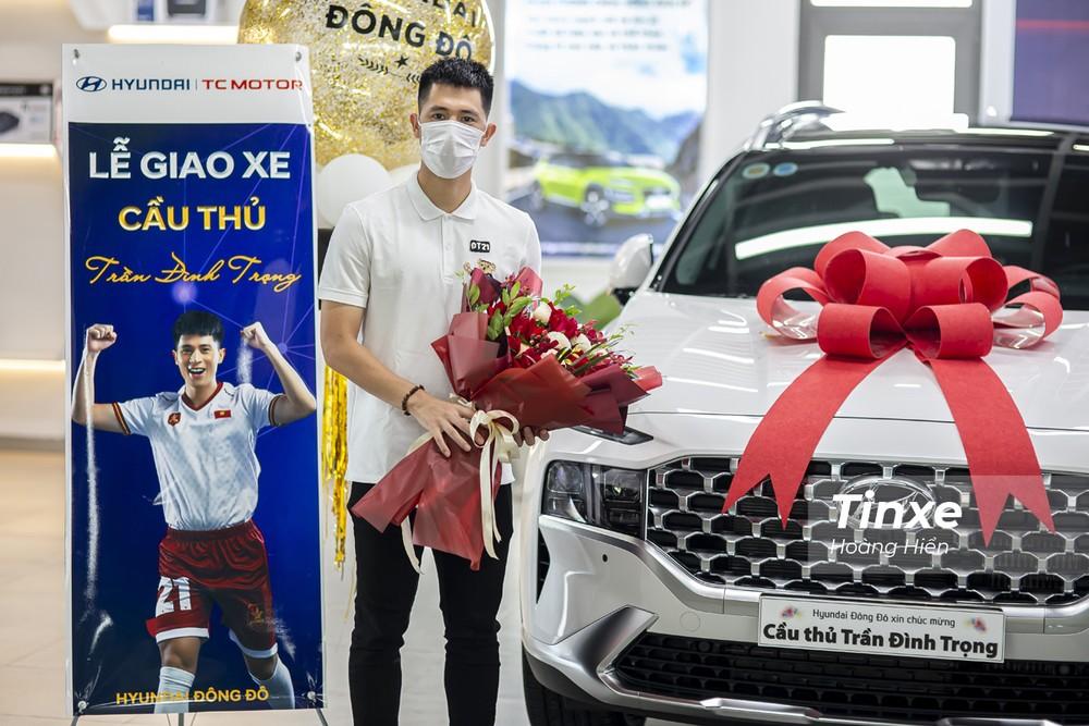 Sau nhiều ngày suy nghĩ, cầu thủ Đình Trọng đã quyết định chọn mua chiếc Hyundai Santa Fe 2021 phiên bản máy dầu cao cấp.