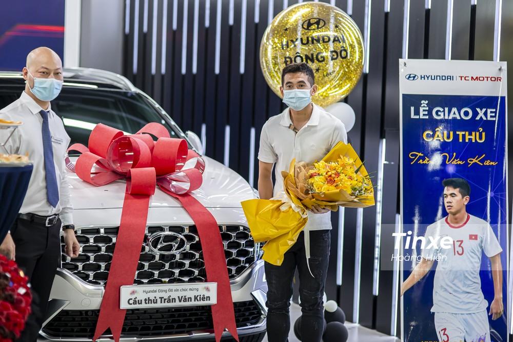 Không chỉ Đình Trọng mà hậu vệ Văn Kiên cũng quyết định sở hữu một chiếc xe Hyundai Santa Fe 2021 giống hệt bạn mình.