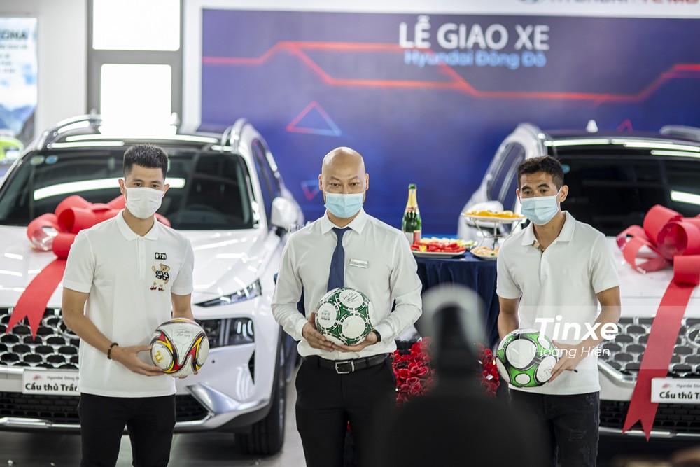 Cả hai cầu thủ cũng đã ký bóng tặng cho showroom Hyundai.