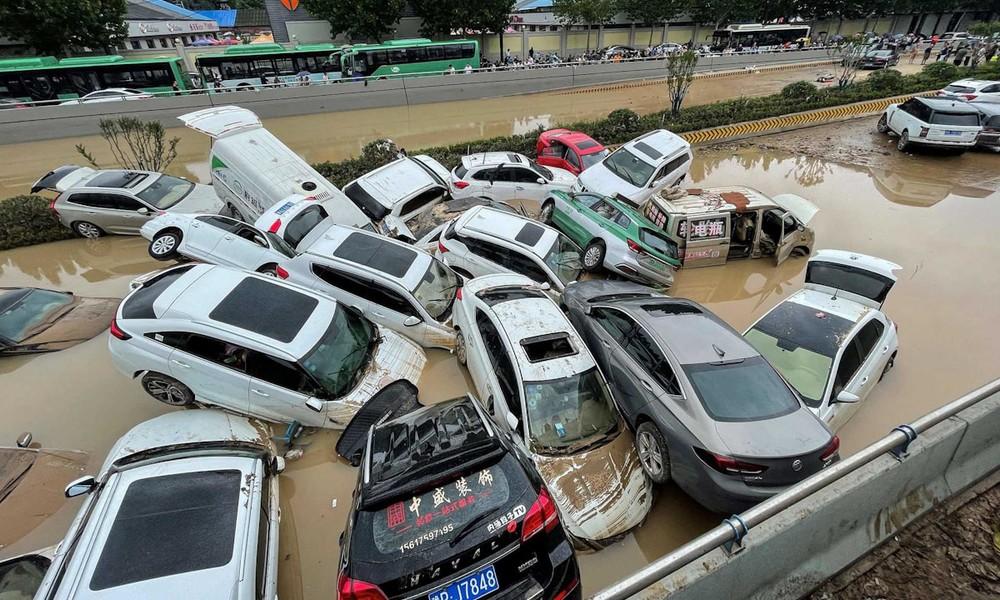 Những chiếc ô tô bị nước lũ cuốn trôi và dồn đống vào nhau