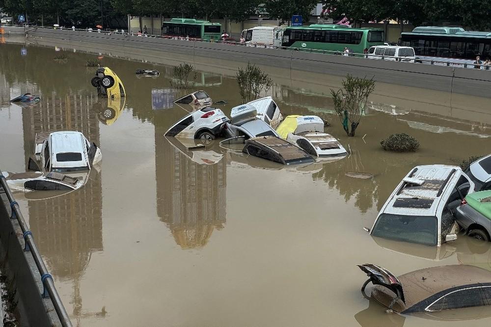 Có chiếc ô tô ngập sâu dưới nước, có chiếc lại cắm đầu xuống như thế này