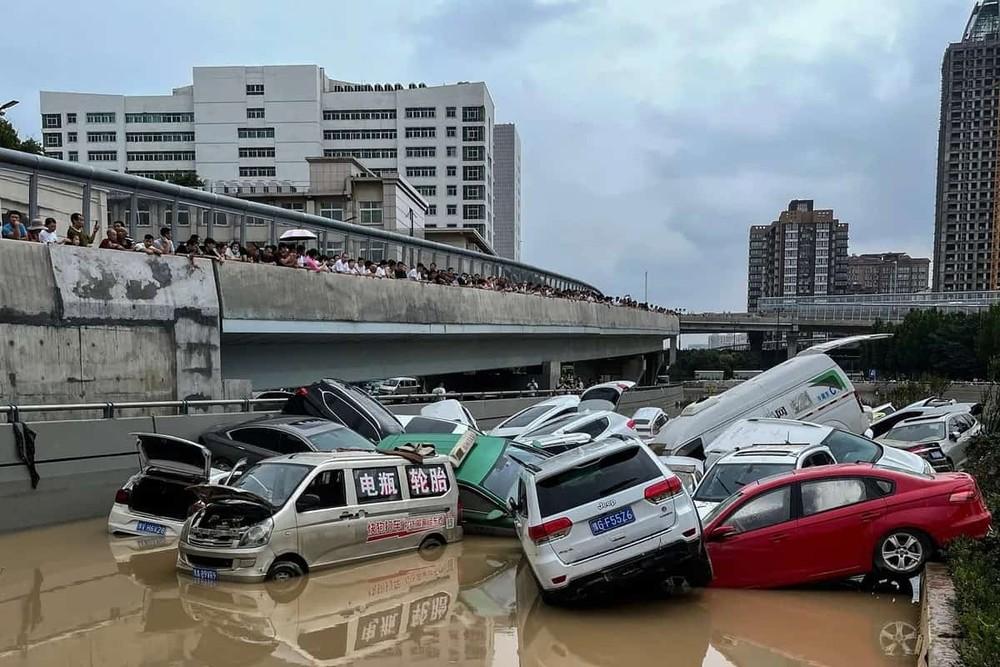 Những chiếc ô tô này đều bị hư hỏng nặng sau trận lũ lịch sử tại tỉnh Hà Nam, Trung Quốc