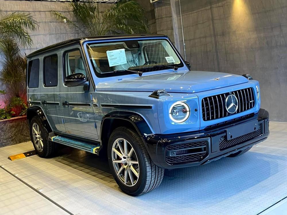 Mercedes-AMG G63 màu xanh China của Đàm Thu Trang được nhập chính hãng nên không có chi tiết ống xả kép hướng ra ngoài