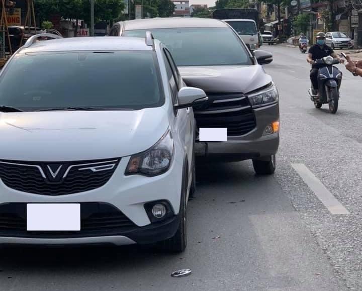 Hiện trường vụ va chạm giữa xe VinFast Fadil với Toyota Innova khiến dân mạng khen độ cứng cáp của chiếc xe Hatchback cỡ nhỏ